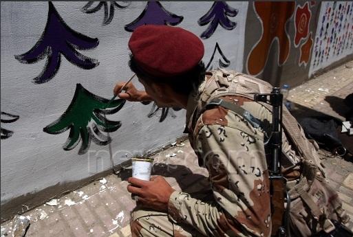 MOHAMMED HUWAISالوكالة الفرنسية جداريات لون جدار شارعك جندي يرسم