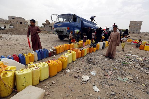 2015-07-04 13:49:25 epa04831577 Yemenis wait to fill jerrycans with water from a donated source amid disruption of water supplies, in Sana'a, Yemen, 04 July 2015. Many Yemenis are suffering from a lack of basic services and resources, in a humanitarian disaster dramatically worsened by a blockade imposed by the Saudi-led coalition targeting the Houthi rebels' and allied positions in the impoverished Arab state.  EPA/YAHYA ARHAB